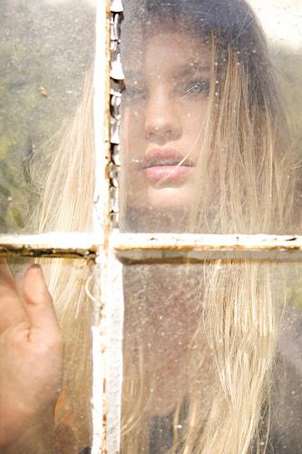La chica rubia tras la ventana